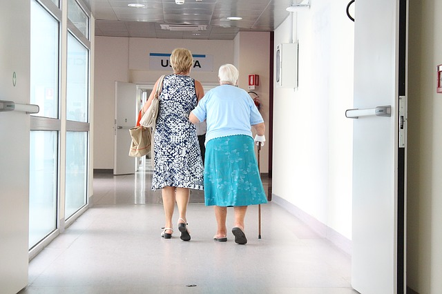 anciano en el médico